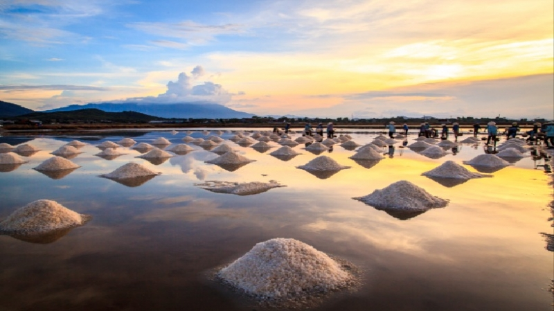 Những gò muối cao dưới ánh nắng cuối ngày