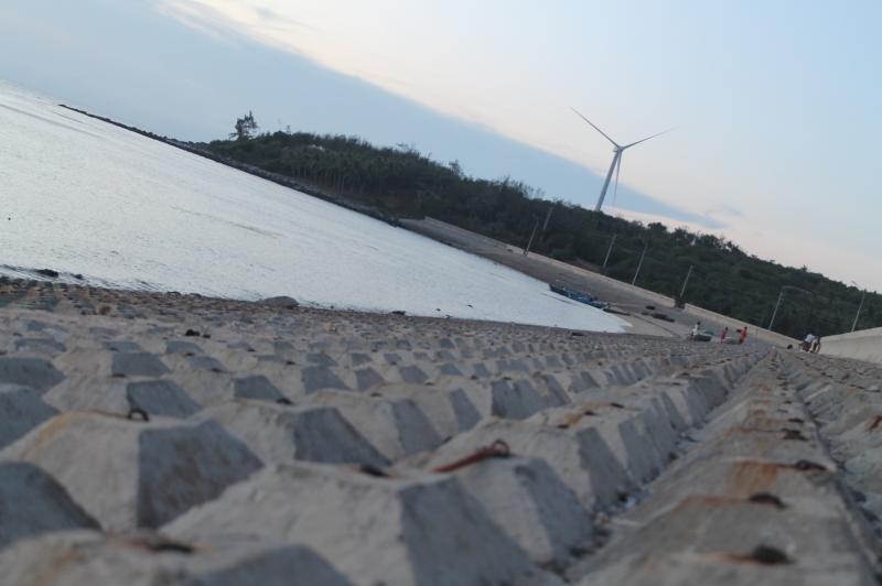 """Một chiếc """"phong điện"""" trên đảo nhìn từ phía bờ kè Ngũ Phụng"""