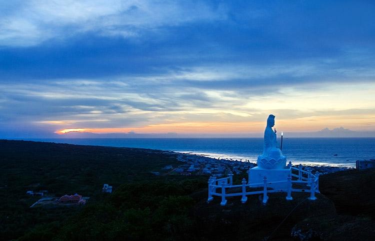 Tượng Phật Bà Quan Âm trên đỉnh núi Cao Cát
