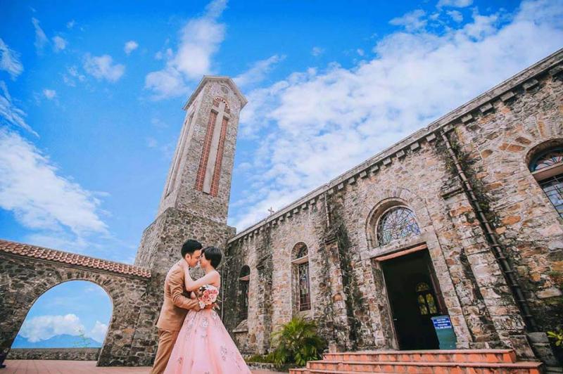 Nhà thờ đá -  là một trong những địa điểm chụp ảnh cưới