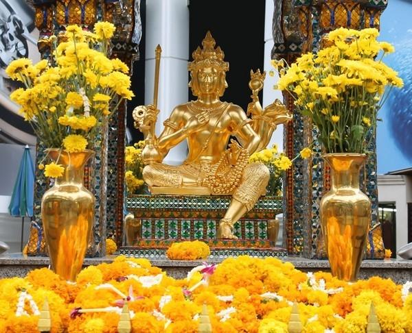 Trang phục phải lịch sự, gọn gàng khi bước vào những nơi linh thiêng, thờ phụng như chùa chiềng, tượng phật