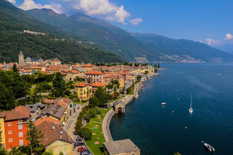 Hồ Maggiore luôn tràn ngập ánh nắng và mặt nước trong veo tựa như một bức mành che phủ phía chân trời