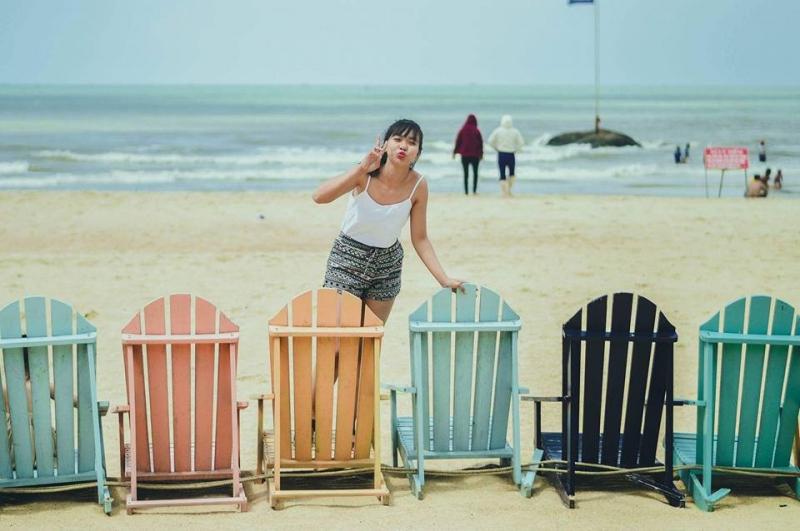 Chiều đến bạn có thể thuê ghế dù ngồi ngắm biển, tận hưởng sự yên bình