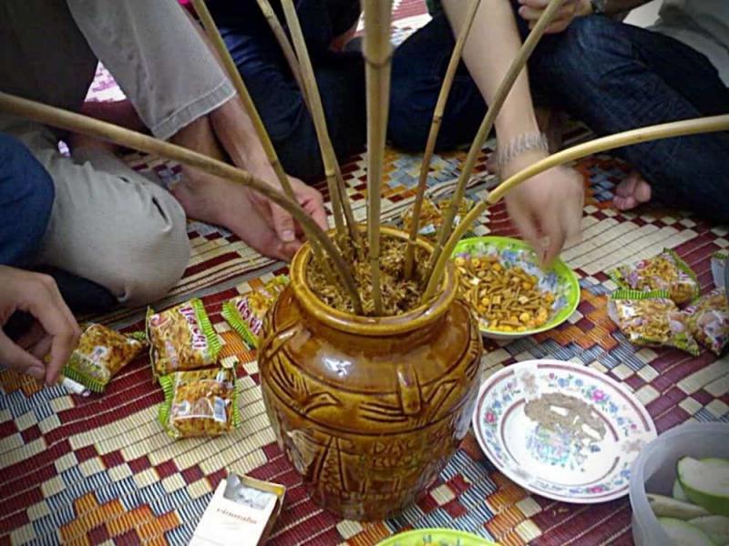 Là đặc sản của người dân tộc Mường tại huyện Nho Quan, rượu cần ở đây được nấu từ gạo nếp trộn với men và được ủ ít nhất 3 tháng trong những vại lớn