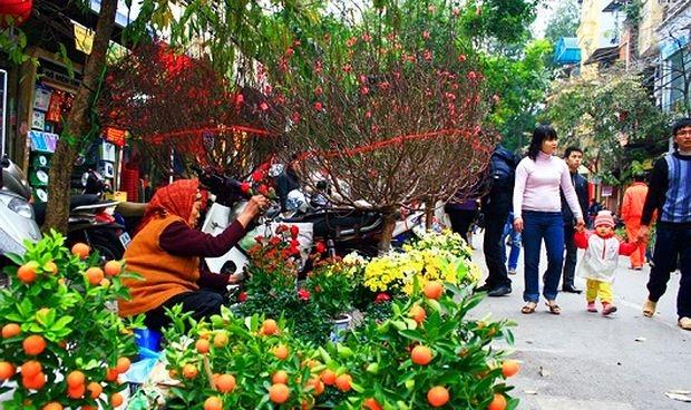 Phiên chợ được họp ngay trên phố, mọi người thoải mái mua bán và trao đổi rất rôm rả.