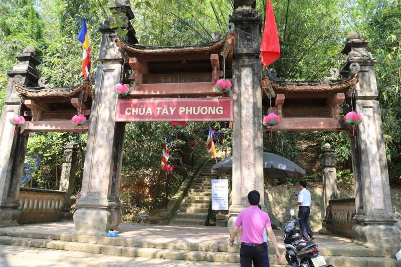 Cổng ba gian dẫn lên chùa Tây Phương