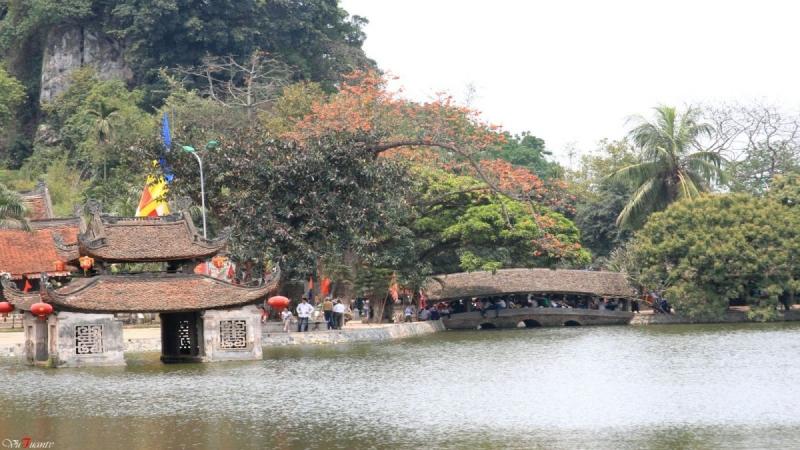 Một góc trong khuôn viên khu di tích chùa Thầy