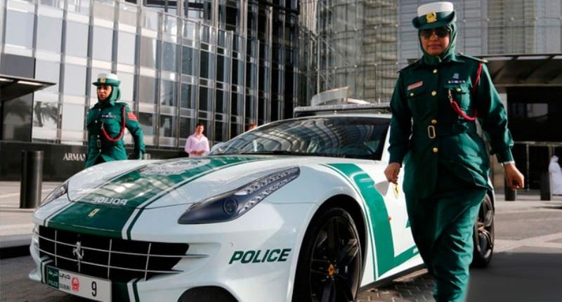 Những nữ cảnh sát Dubai bên chiếc xe tuần tra siêu chất