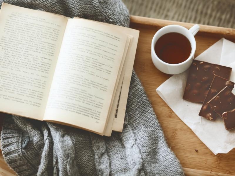 Còn gì thú vị hơn đọc một quyển sách hay, nhâm nhi ly cafe nóng hổi...