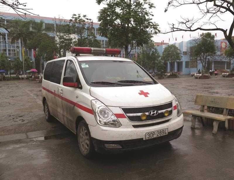 Nhường đường cho xe ưu tiên - xe cấp cứu