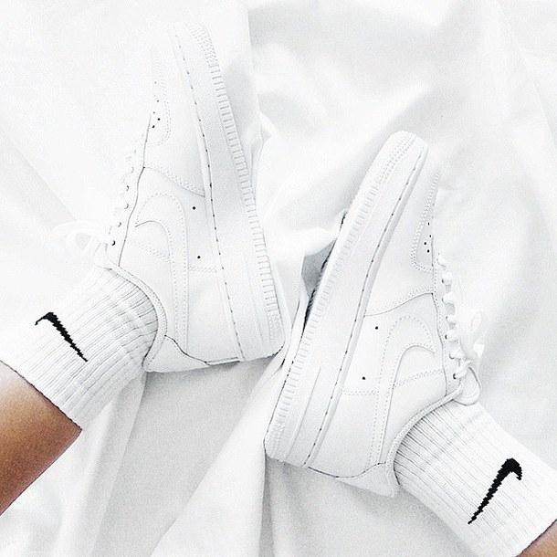 Màu trắng phù hợp với tất cả các style cho cả nam và nữ.
