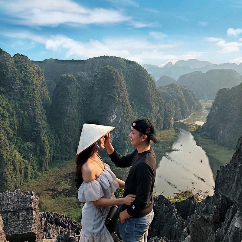 Nhờ sự đa dạng về cảnh quan gồm núi, sông, hang động, Ninh Bình là lựa chọn lý tưởng cho những du khách muốn trải nghiệm