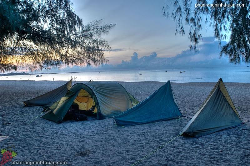 Du khách cũng có thể tham gia nhiều hoạt động như đốt lửa trại và cắm trại qua đêm tại bãi biển