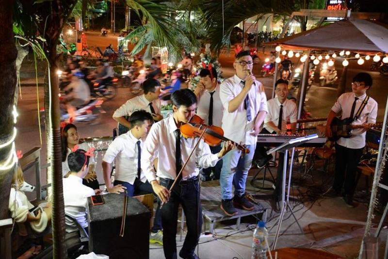 Band đang biểu diễn tại Nisa