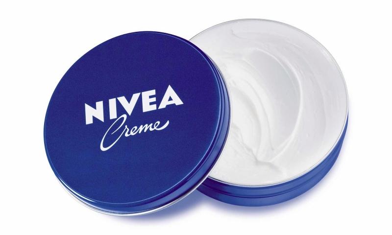 Hũ kem Nivea Cream truyền thống với thành phần chính là vaseline, mineral oil và anolin