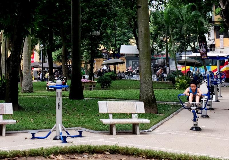 Bạn nên hạn chế ra nơi công cộng như công viên, bờ hồ, bến xe…