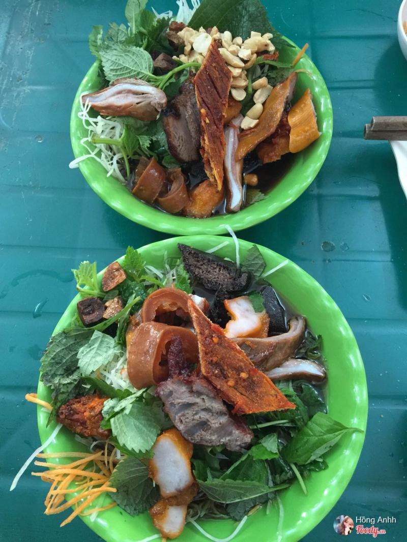 Món nộm bò khô ở đây trước hết, ấn tượng với thực khách bởi sự đầy đặn, món ăn được bày vào bát chứ không phải bằng đĩa như mọi quán khác.