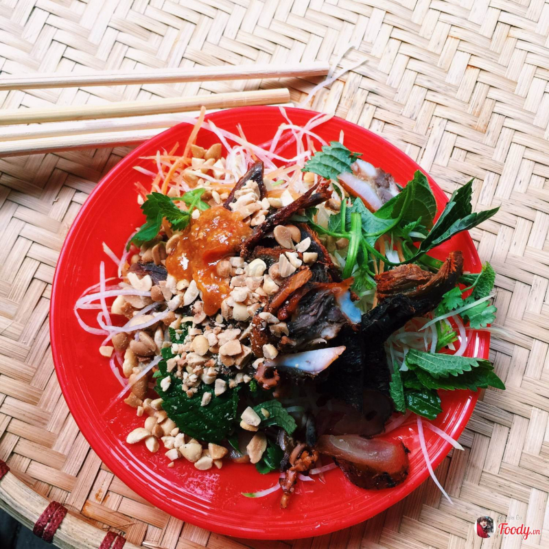 Thịt bò khô trong món ăn có màu nâu sậm hơn, gần giống với thịt trâu gác bếp của đồng bào Tây Bắc.