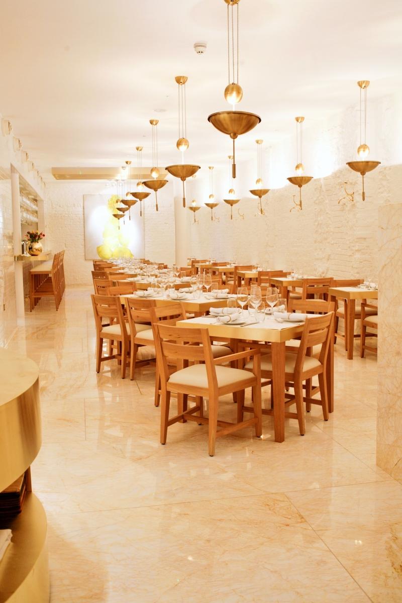 Không gian nhà hàng được bày biện vô cùng tinh tế, sang trọng