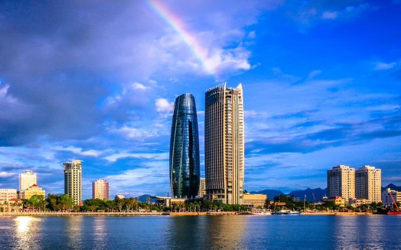 Hình dáng nổi bật của khách sạn bên cạnh bờ biển Đà Nẵng.