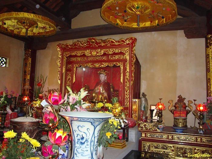 Tượng thờ Lý Chiêu Hoàng tại đền Rồng - Từ Sơn - Bắc Ninh