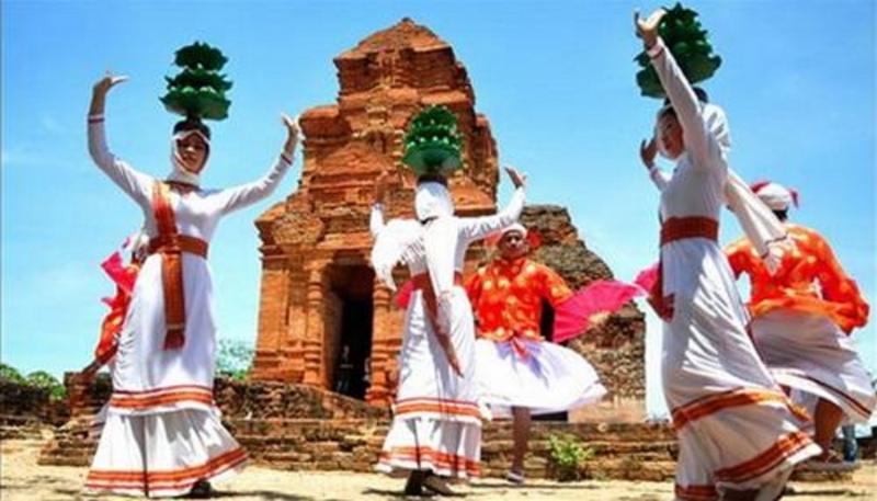 Những điệu múa uyển chuyển hơn với áo dài truyền thống