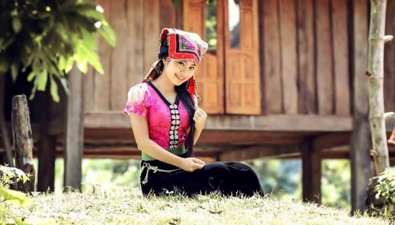 Cô gái với bộ trang phục truyền thống của người Thái duyên dáng bên nhà sàn