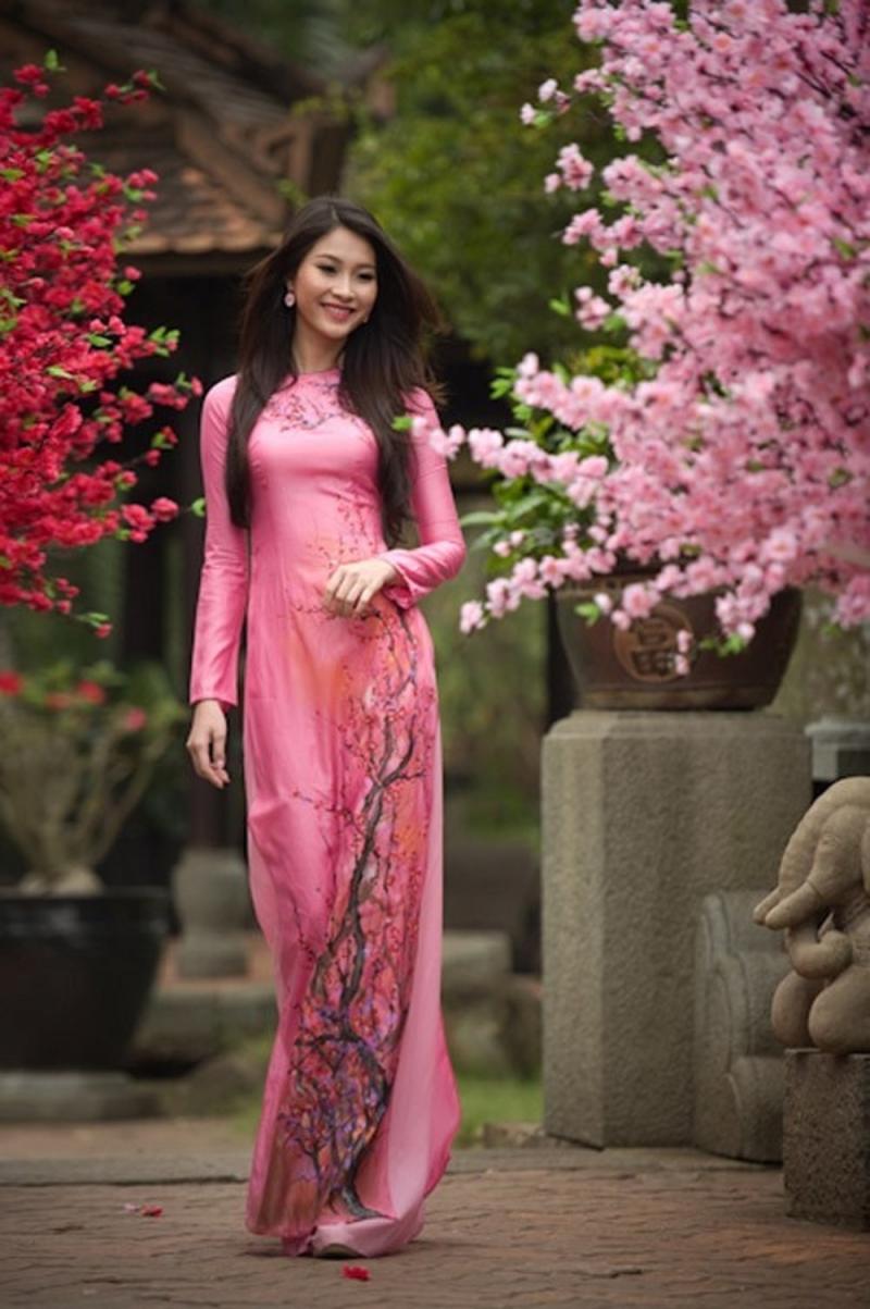 Bộ áo dài truyền thống nhẹ nhàng trong sắc xuân.
