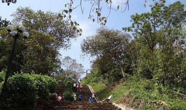 Những bậc thang dẫn lên núi Bà Rá