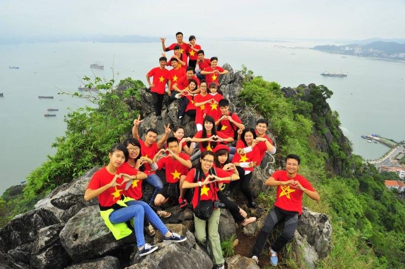Các bạn trẻ chinh phục núi Bài Thơ