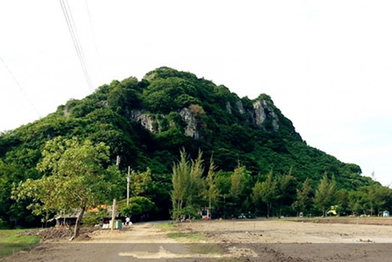 Núi Bình San nhìn từ xa