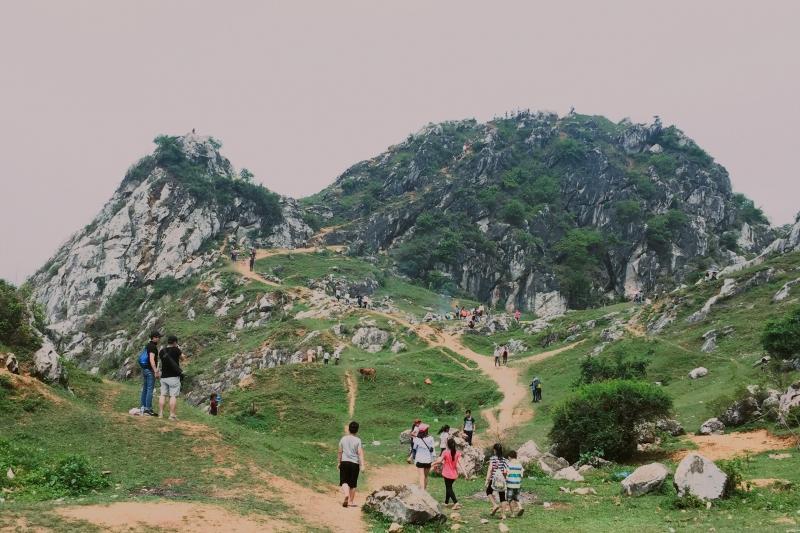Một góc cảnh núi Trầm và những du khách tìm nơi khám phá