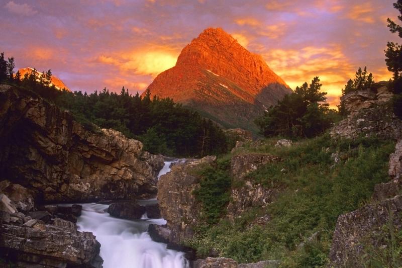 Núi Grinnell sừng sững tuyệt đẹp trong nắng chiều