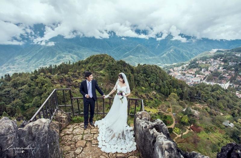 Nắm tay một nửa còn lại của mình trong bộ ảnh cưới trên đỉnh núi Hàm Rồng đầy sự lãng mạng