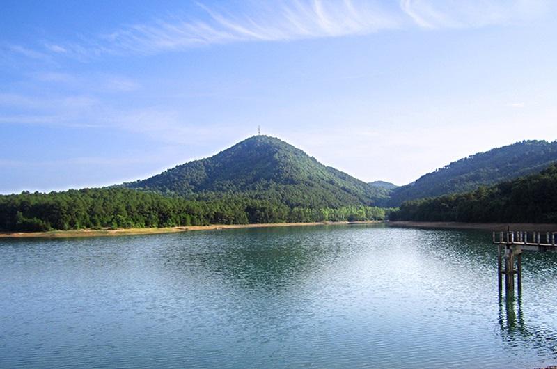 Hồ Thiên Tượng ngay dưới chân núi