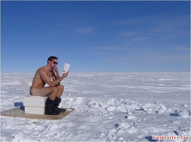 Diễn viên người Thụy Điển đang thư thả đọc sách.