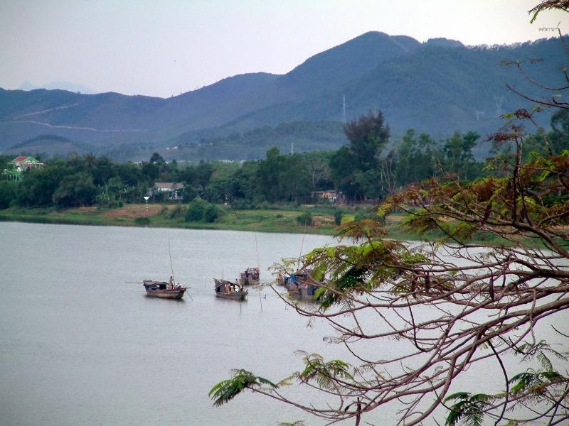 Núi Ngự bên dòng Hương giang