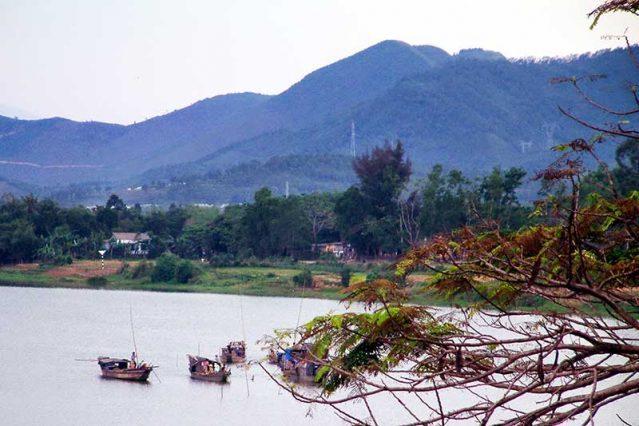 Cái đẹp ở đây đến từ sự kết hợp giữa núi và sông Hương, du khách có thể chiêm ngưỡng trọn vẹn vẻ đẹp thơ mộng có một không hai này ở Huế.