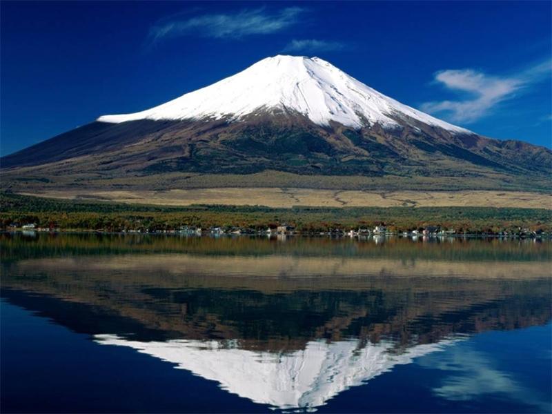 Núi Phú Sĩ biểu tượng của Nhật Bản, quanh năm tuyết phủ, được xem là ngọn núi thiêng