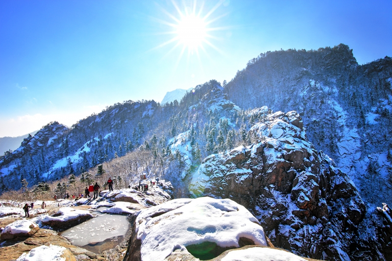 Cảnh đẹp hùng vĩ của núi Seoraksan được khoác trên mình chiếc áo tuyết trắng