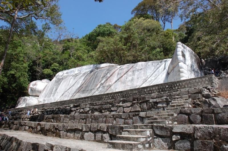 Tượng Phật nằm trên núi Tà Cú