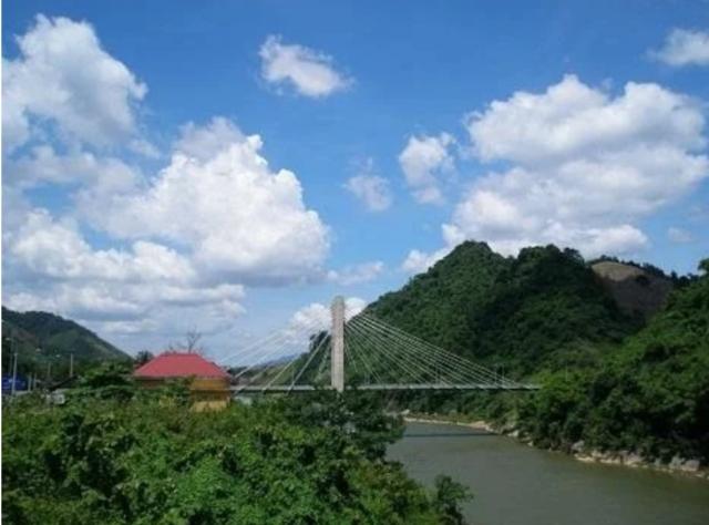 Hai ngọn núi ngay bên cầu treo Đakrông