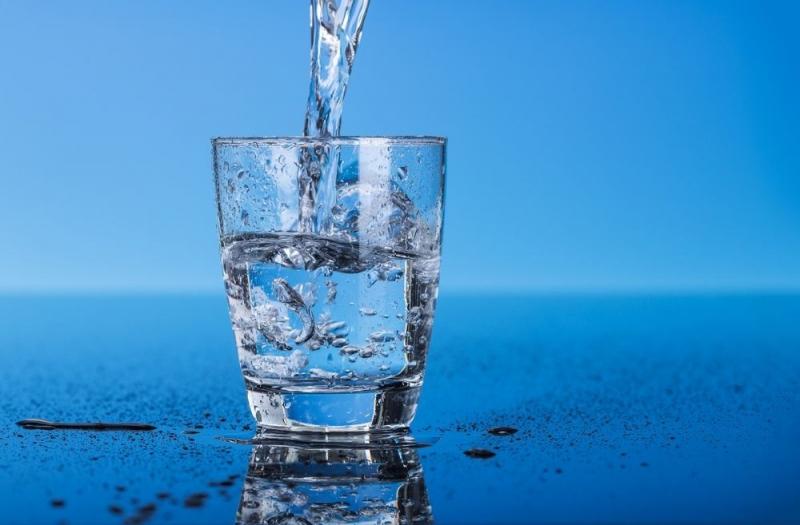 Uống một cốc nước lạnh vào buổi sáng giúp nhu động ruột, kích thích đi tiêu