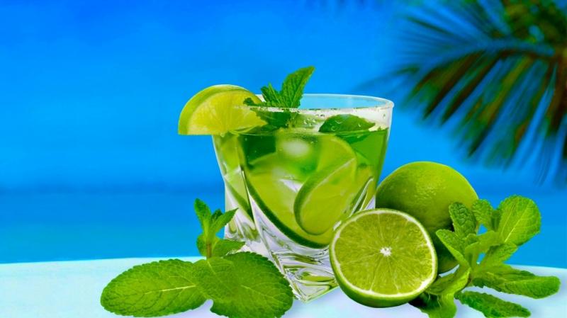 Uống một ly nước nóng cho thêm vài giọt chanh sẽ làm giảm cơn đau đầu