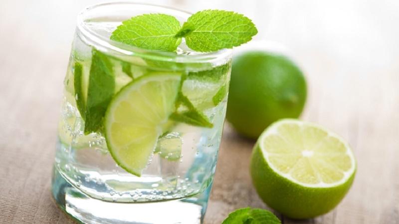 Nước chanh có chứa vitamin C là chất chống oxy hóa