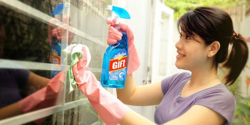Công thức đậm đặc và hoạt chất tẩy rửa tiên tiến sẽ giúp bạn lau sạch bóng mặt kính cửa kính, gương soi, màn hình TV, các bề mặt làm bằng crôm, inox…