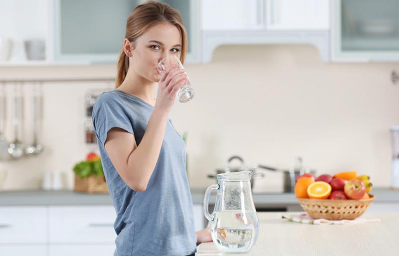 Uống nước lọc vào buổi sáng tốt cho cơ thể