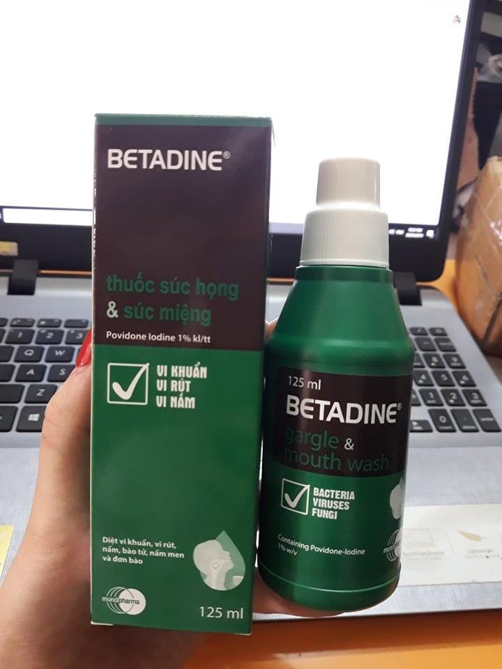 Nước súc miệng Betadine chứa chất sát khuẩn povidone – iodine 1% có công dụng sát khuẩn, chống nấm, khử mùi hôi