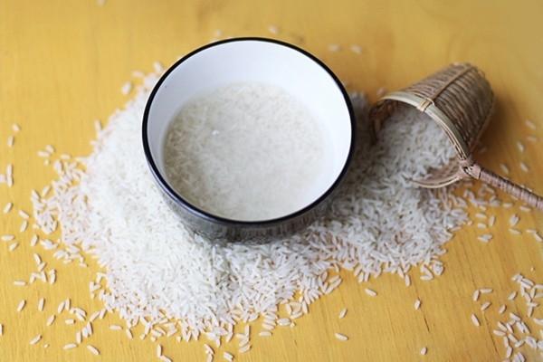 Những người phụ nữ nông thôn xưa thường dùng nước vo gạo để gội đầu như một cách dưỡng tóc cực kỳ hiệu quả.