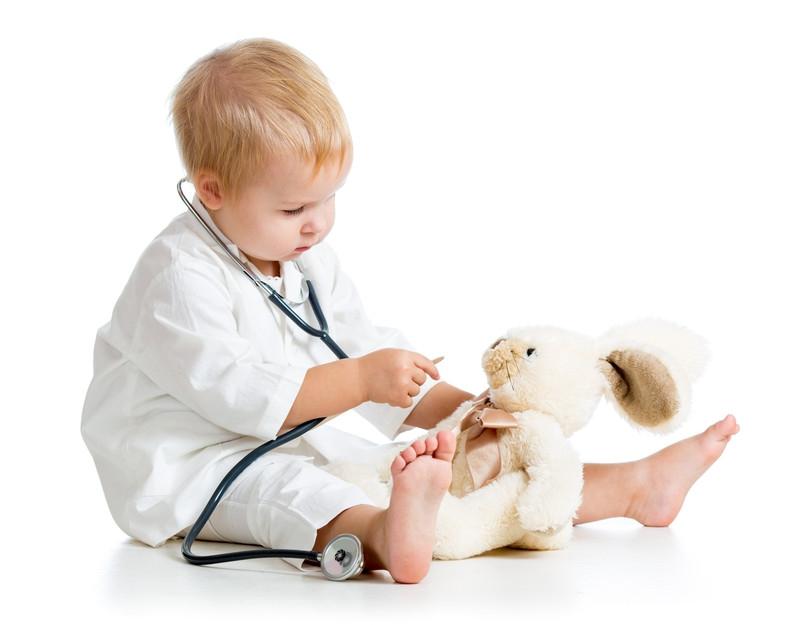 Bé tưởng tượng mình là bác sỹ